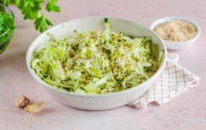 Капустный салат с огурцами, зирой и кунжутом