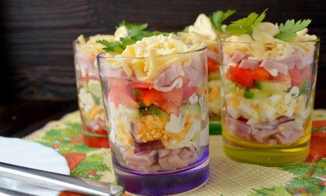Салат с ветчиной, сыром и свежим огурцом