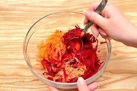 Свекольно-морковный салат с яблоками