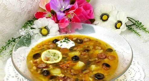 Суп-солянка с грибами и копченостями