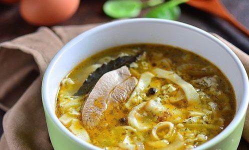 Мясной суп с блинами и яйцом