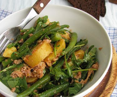 Теплый картофельный салат с тунцом
