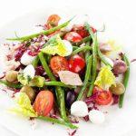 Тёплый салат из зелёной стручковой фасоли с моццареллой