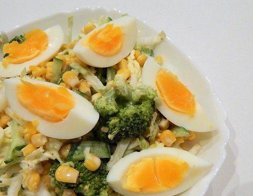Весенний салат с брокколи, кукурузой и яйцам