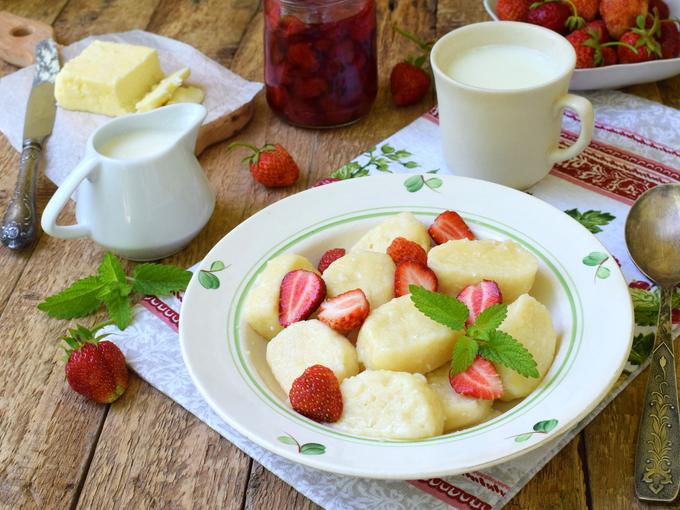 «Ленивые» вареники с фруктовым соусом
