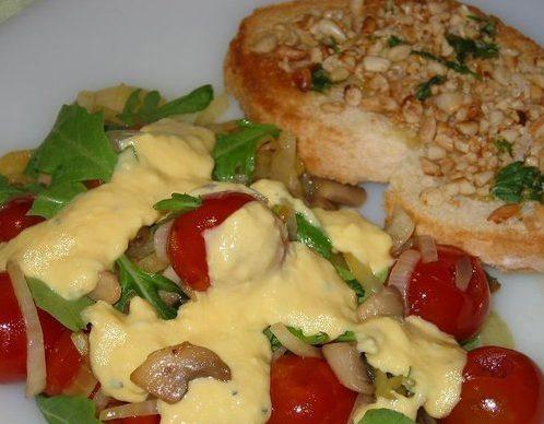 Cалат с грибами и яичным соусом