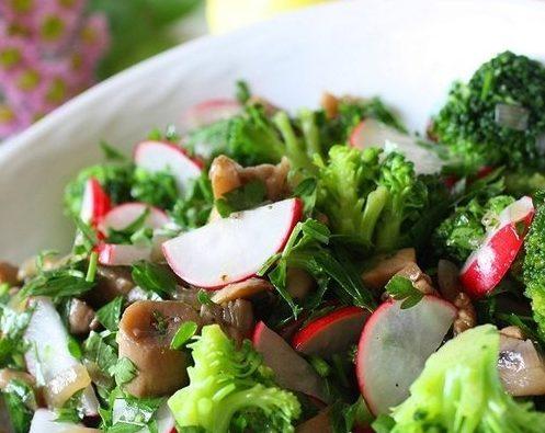 Салат с редисом, грибами и брокколи