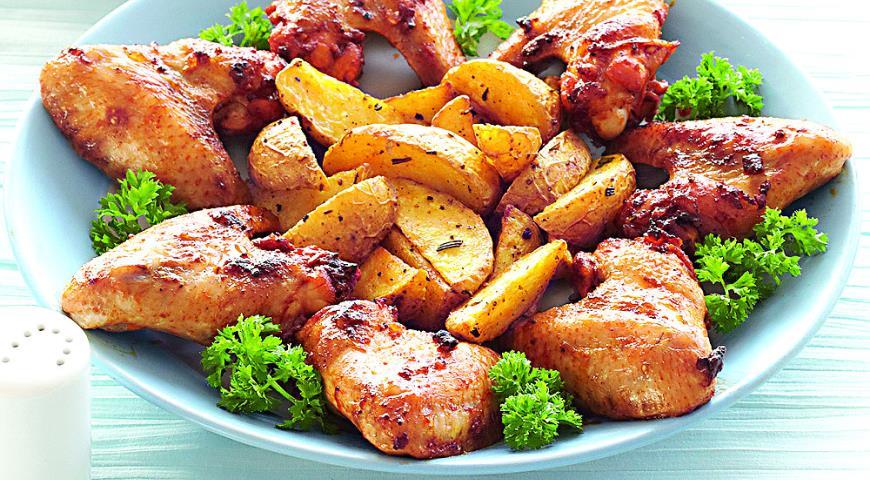 Комплексное блюдо из запеченной курицы, картофеля и овощного острого салата