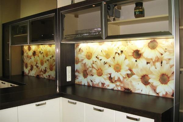 Что лучше: кухонный фартук из пластика или плитки?