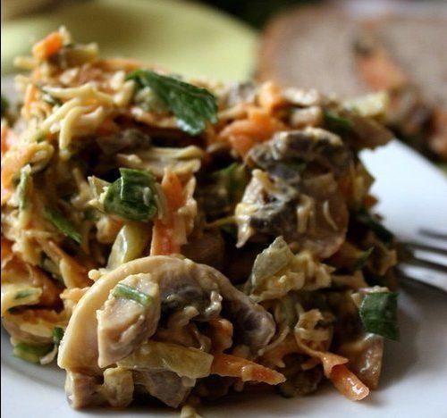 Грибной салат с сыром, морковью и солеными огурцами