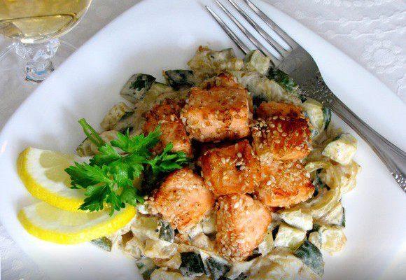 Лосось в кунжуте с салатом из фарфалле