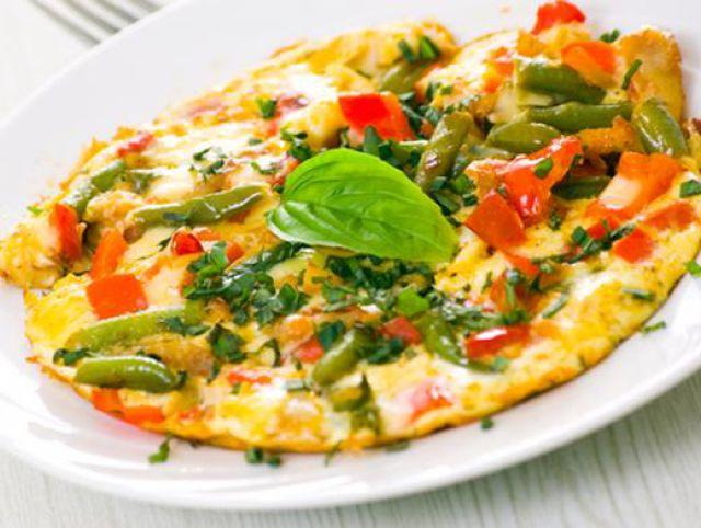 Сочный омлет с овощами