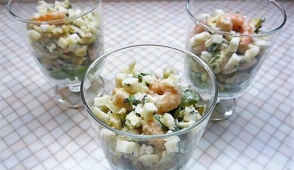 Салат- коктейль с креветками, авокадо и мини- кукурузой