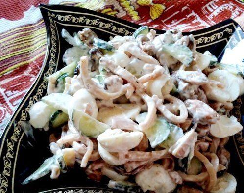 Салат с морепродуктами и свежим огурцом