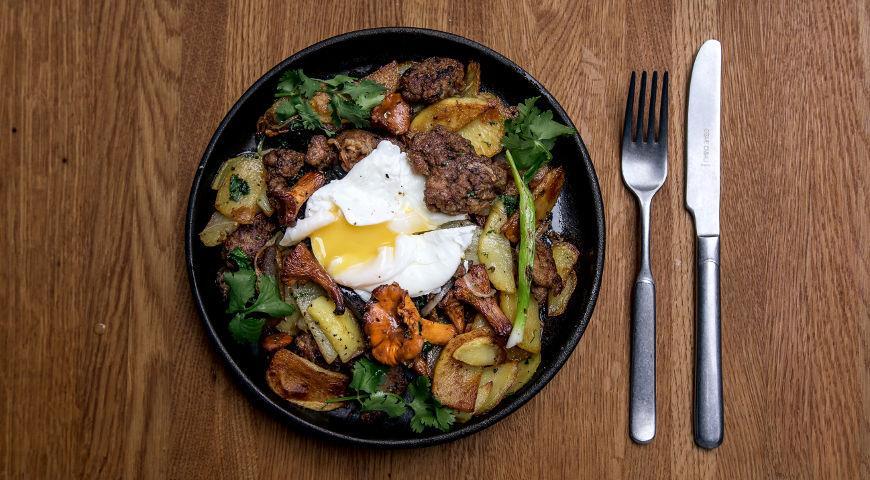 Жареный картофель с лисичками и яйцом пашот