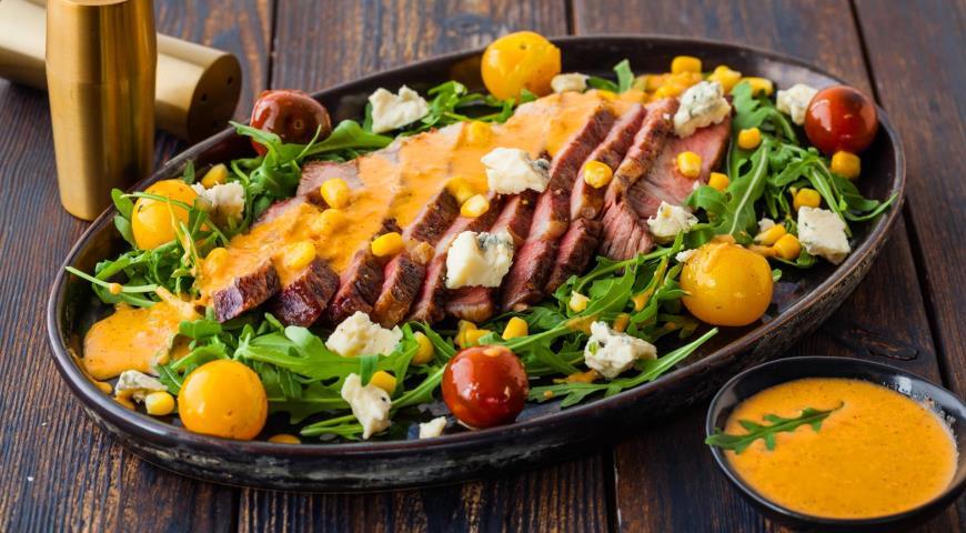 Салат со стейком, кукурузой и помидорами-гриль