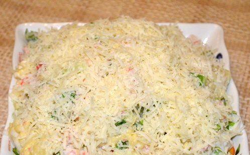 Салат из крабовых палочек с сыром и ананасом
