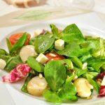 Салат корн с морскими гребешками, помидорами и моцареллой