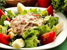 Салат с печенью трески и помидорами