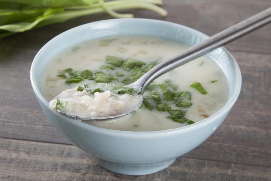Кисломолочный суп с рисом и зеленью
