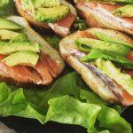Бутерброды с авокадо и форелью