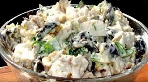 Салат с курицей, ананасами и черносливом