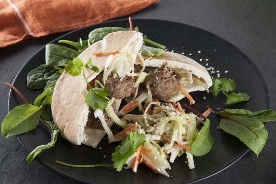 Пита с тефтелями и капустным салатом