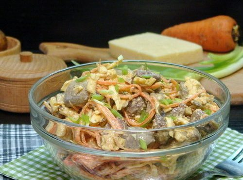 Салат с печенью, морковкой и грибами