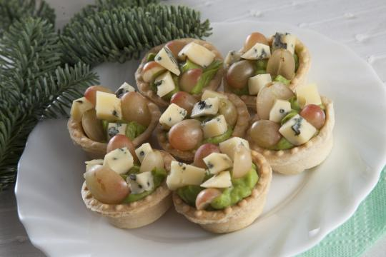 Тарталетки с голубым сыром, виноградом и кремом из авокадо