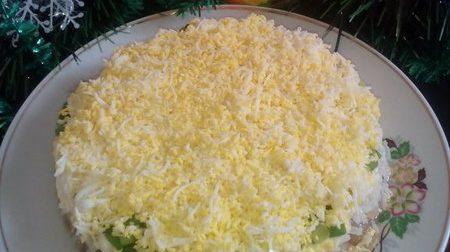 Печеночный салат с рисом и яйцом
