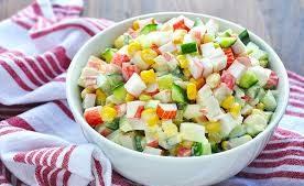 Крабовый салат с кукурузой, огурцом и рисом