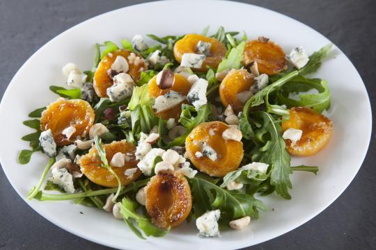 Карамельные абрикосы с голубым сыром