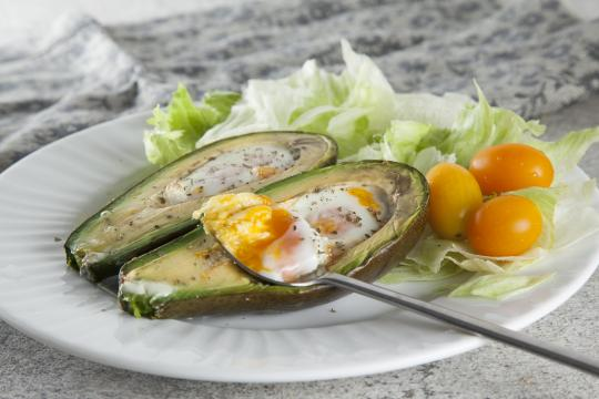 Яйца, запеченные в авокадо
