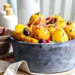 Салат из картофеля с маслинами и красным луком