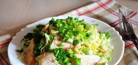 Салат из курицы с капустой, редиской и яблоком