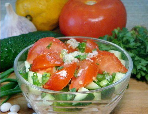 Салат с курицей ,фасолью и свежими овощами