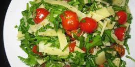 Салат из рукколы и помидорок черри с пармезаном