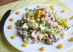 Салат с копченой курицей, кукурузой и сыром
