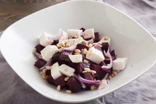 Салат со свеклой и козьим сыром