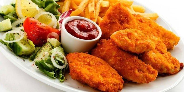 Простая повседневная закуска к пиву – куриные голени в острой панировке