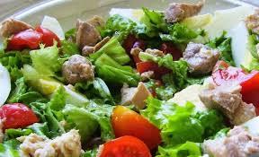 Летний салат с печенью трески