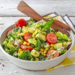Салат с кукурузой, авокадо и помидорами