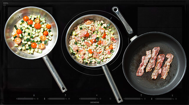 Теплый салат из лимской фасоли с овощами и беконом