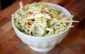 Капустный салат с яблоком и сыром