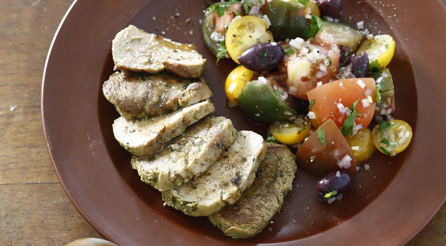 Свиное филе на гриле с салатом из помидоров