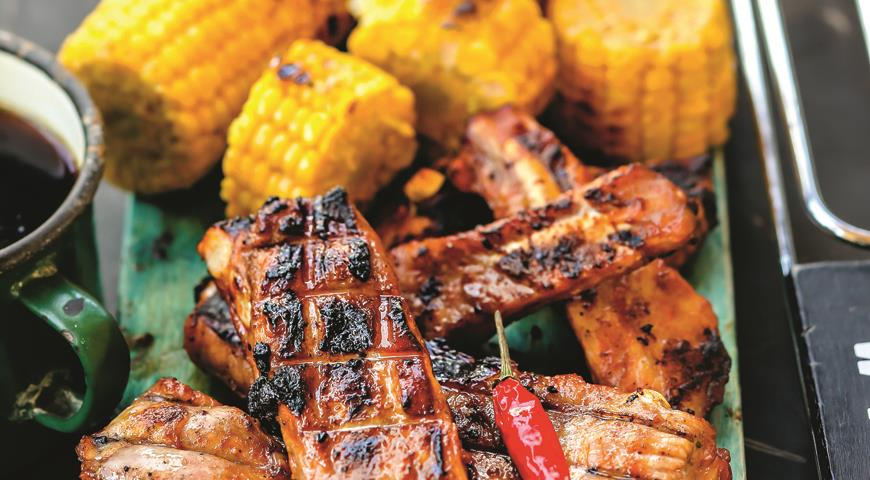 Ребрышки в соусе барбекю с кукурузой на гриле