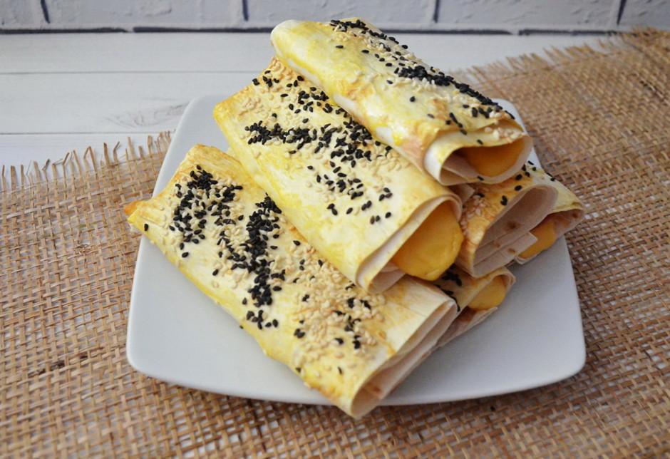 Трубочки из лаваша с сыром и помидором