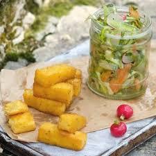 Сырные гренки из поленты с зеленым салатом