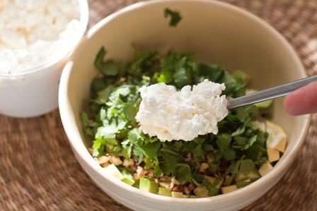 Салат с зерненым творогом и авокадо