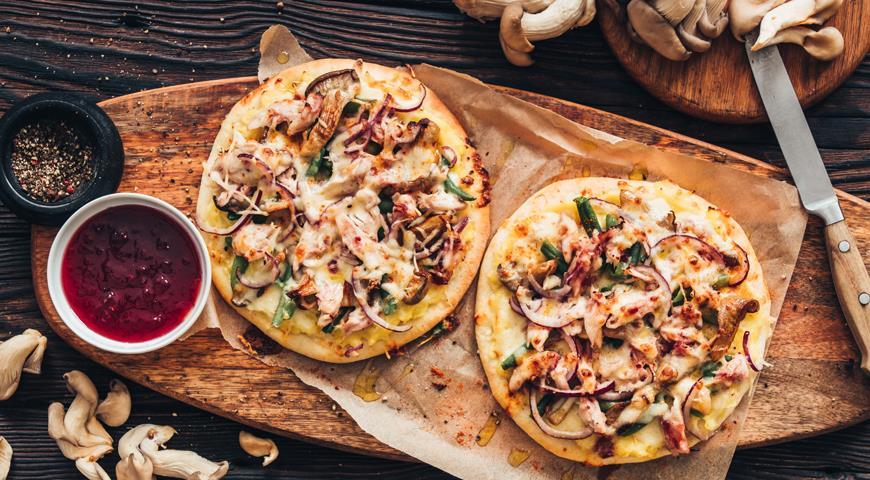 Пицца-пай с цыпленком и клюквенным соусом